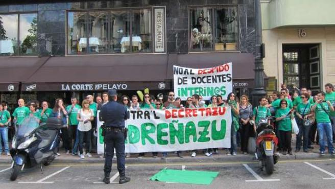 Manifestantes Frente A La Junta General
