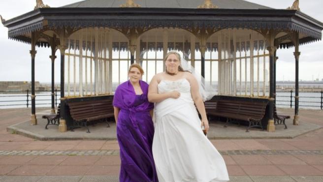 Foto de Peter Dench de la recien casada Claire Simon-Kind (30 años) con su hermana y dama de honor Sarah Simon (28) en Brighton
