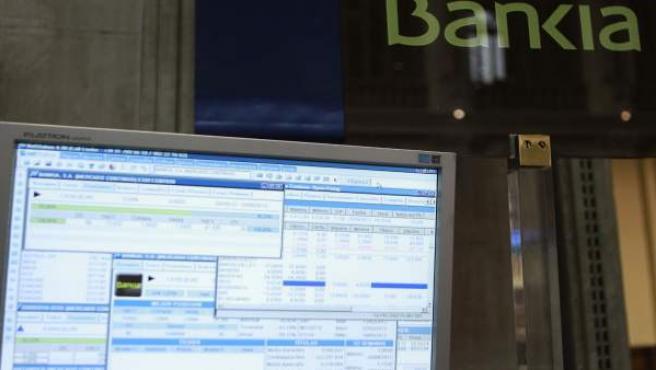 La Comisión Nacional del Mercado de Valores (CNMV) suspendió cautelarmente la cotización de los títulos de Bankia.