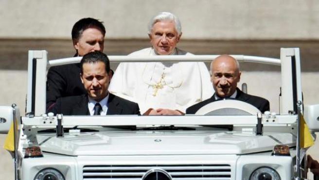 Imagen tomada el 16 de junio de 2010 del papa Benedicto XVI (c) junto a mayordomo Paolo Gabriele (izda, detrás junto al pontífice).