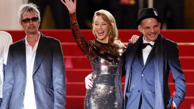 El director de cine, Carax, posa en el Festival de Cannes junto a Kylie Minogue.