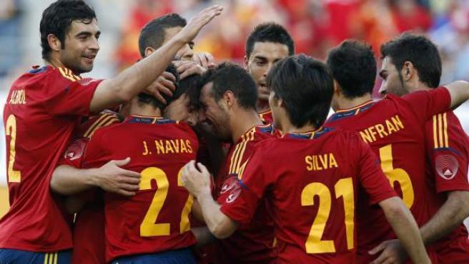 La Selección Española celebra un gol de Cazorla ante Serbia.