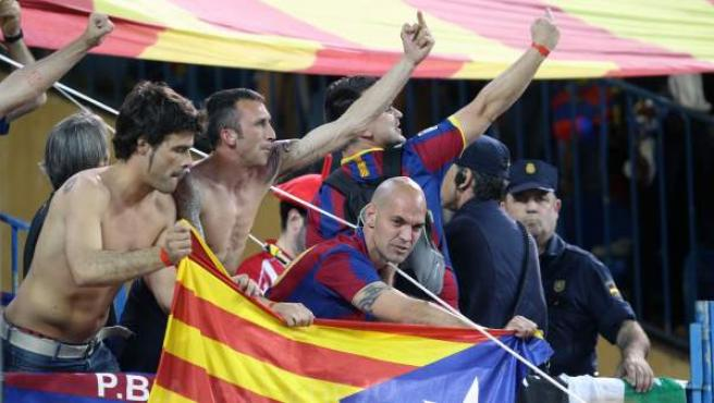 Aficionados del Barça pitan el himno nacional durante la final de la Copa del Rey.