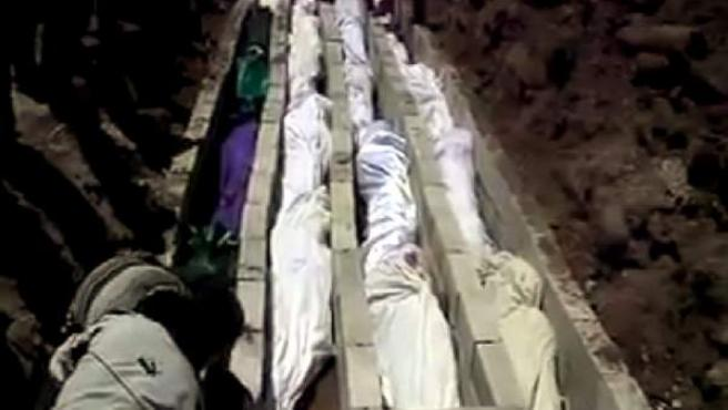 Imagen extraída de un vídeo publicado en la red social Sham News Network en la que se muestran los cuerpos de varios ciudadanos sirios muertos durante la matanza de Hula, cerca de Homs (Siria).