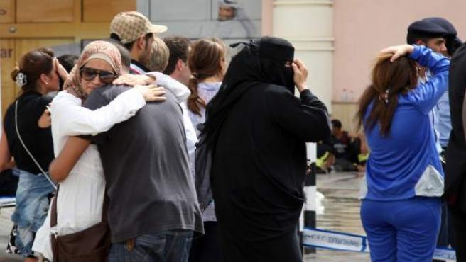 Familiares de los fallecidos en un centro comercial de Doha.
