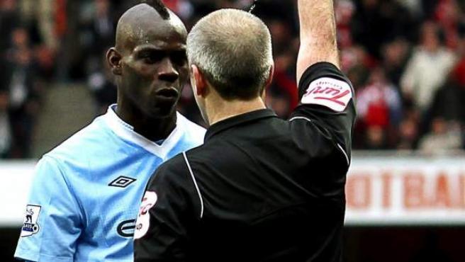Mario Balotelli, delantero del Manchester City, recibiendo una tarjeta roja en el partido ante el Arsenal.