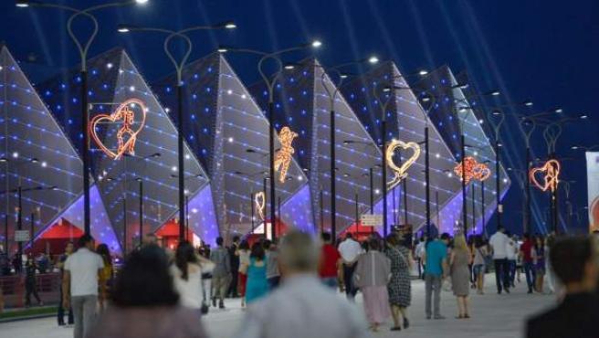 Varios eurofans acuden al reciento en Baku donde se celebra Eurovisión.
