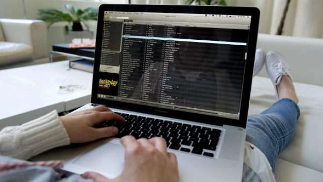 Una joven busca archivos de música en Spotify.