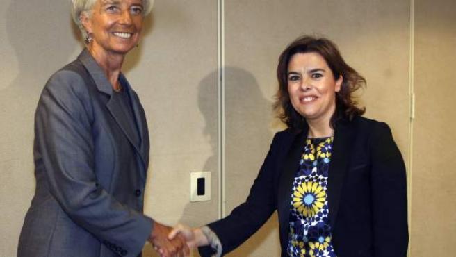 La vicepresidenta del Gobierno español, Soraya Saénz de Santamaría (d), visita Washington, donde se ha entrevistado con la directora gerente del Fondo Monetario Internacional (FMI), Christine Lagarde (i).