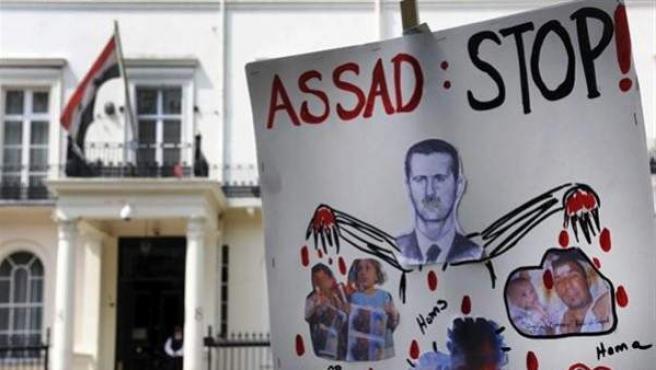 Pancarta en contra del presidente sirio, Bashar al Asad, frente a la embajada de Siria en Londres, Reino Unido.