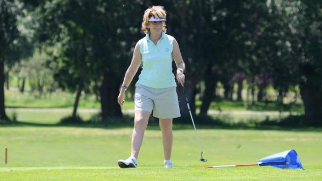 Esperanza Aguirre, jugando al golf.