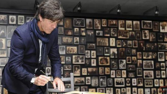 El seleccionador alemán, Joachim Low, firma el libro de visitas de Auschwitz.