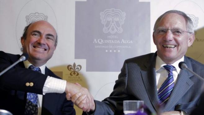 Luis de Guindos (izq), y Wolfgang Schäuble, durante una rueda de prensa en el foro económico de la fundación Adenauer, en Santiago de Compostela.