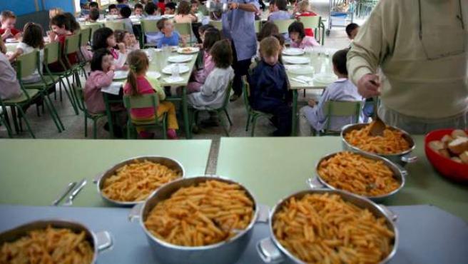 Varios niños, en un comedor escolar.