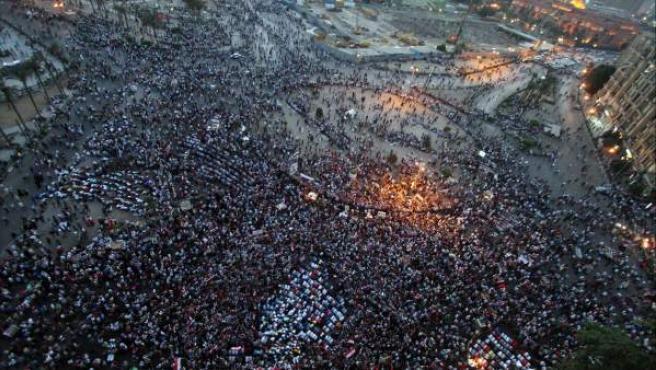 Vista aérea de la plaza Tahrir en donde manifestantes egipcios protestan contra el expresidente Hosni Mubarak y sus colaboradores, después de emitirse el veredicto en su juicio en El Cairo (Egipto).