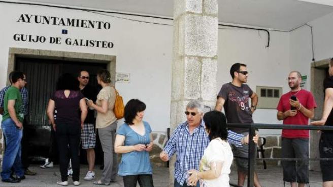 Varios vecinos, a las puertas del Ayuntamiento de Guijo de Galisteo, donde se desarrolló un referéndum para decidir el destino de 15.000 euros de presupuesto municipal, con un resultado favorable a los festejos taurinos.