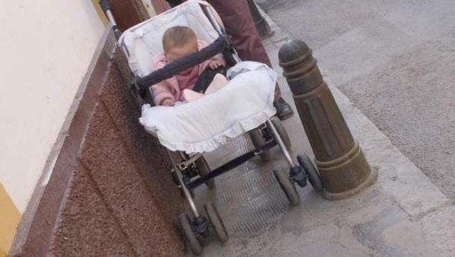 Un bebé sentado en su cochecito.