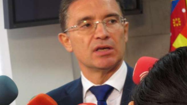 Serafín Castellano Atiende A Los Periodistas
