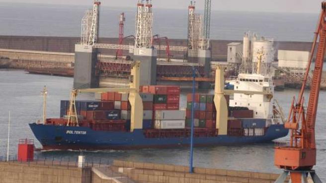Un Barcu Nel Puertu D'el Musel.