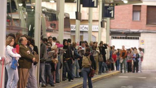 Viajeros esperando el autobús en Gijón.