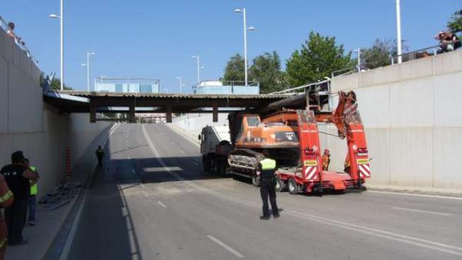 Camión Encajado En Un Paso Inferior De Torrent (Valencia).
