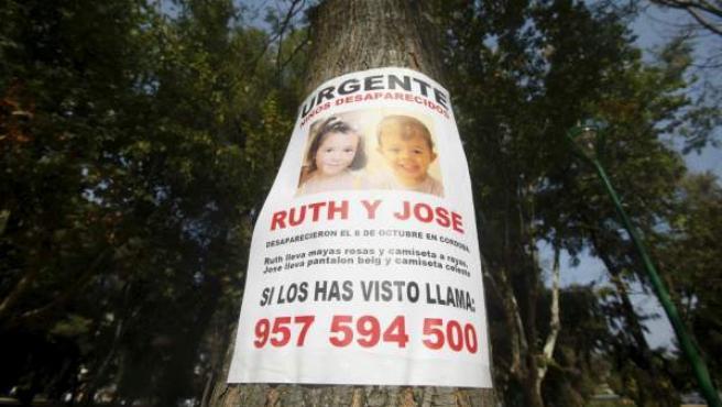 Cartel de apoyo a la familia de los niños Ruth y José desaparecidos en Córdoba el día 8 de octubre pegado por los alrededores del Parque Cruz Conde.