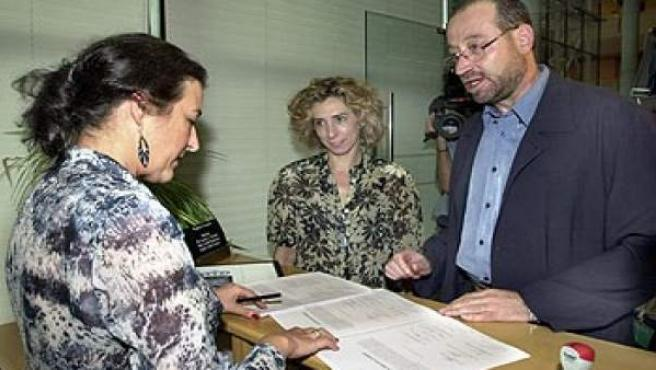 Miguel Reneses (d) junto a la socialista Helena Almazán (c) en el registro de la Asamblea de Madrid.
