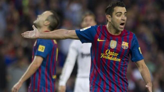 El centrocampista del FC Barcelona Xavi Hernández protesta una acción durante el partido ante el Real Madrid.
