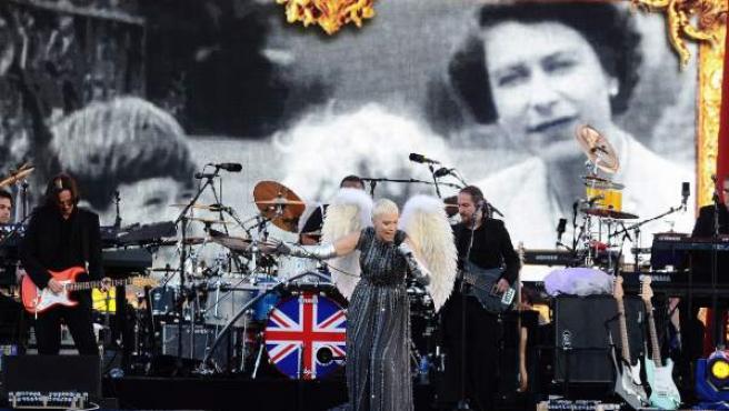 La artista británica Annie Lennox (c) se presenta en el concierto que estrellas de la música de varias generaciones celebran en honor de la reina de Inglaterra, Isabel II, en el Palacio de Buckingham en Londres (Reino Unido).