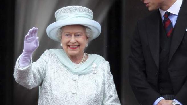 La reina Isabel II y el príncipe Guillermo siguen desde el balcón del Palacio de Buckingham la última jornada de festejos por su Jubileo de Diamantes.