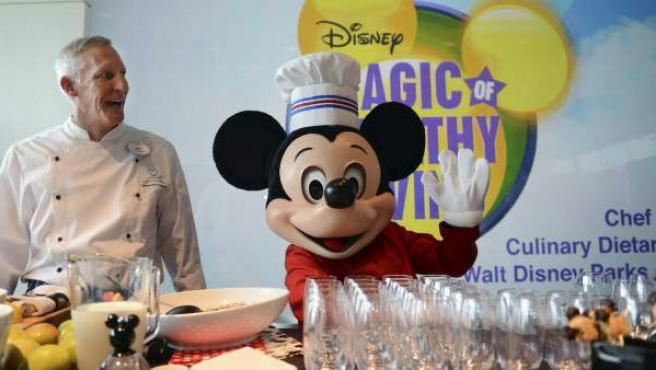 Mickey Mouse (d) y el chef de Disney Gary Jones.