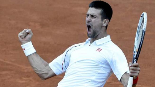 Novak Djokovic celebra la victoria ante Tsonga en cuartos de Roland Garros.