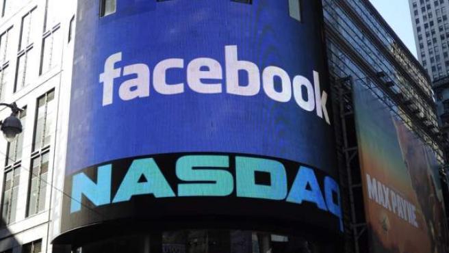Vista del logotipo de Facebook en el luminoso del exterior de la sede del mercado Nasdaq en Nueva York.