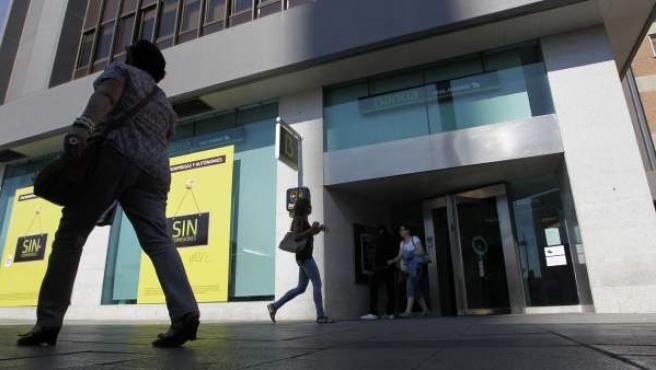 Imagen de la entrada de una sucursal de Bankia.