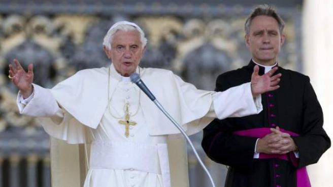 El papa Benedicto XVI, junto a su secretario personal, el padre George, conocido como el 'George Clooney del Vaticano'.
