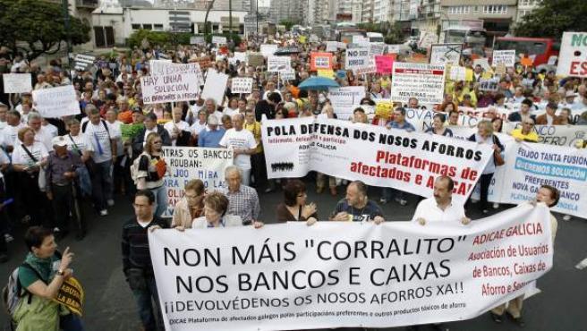 Afectados por las participaciones preferentes y obligaciones subordinadas de Novagalicia Banco en una manifestación.