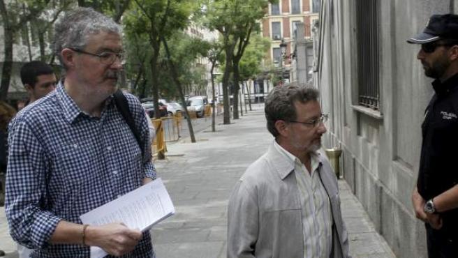 Los secretarios generales del sindicato vasco ELA, Adolfo Muñoz (izquierda), y del gallego CIG, Xesús Xeixo, a su llegada al Tribunal Supremo.
