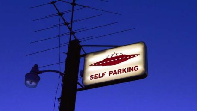 Un cartel invita a aparcar a los OVNIS.