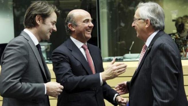 El ministro español de Economía y Competitividad, Luis de Guindos (c), conversa con el presidente del Eurogrupo, Jean-Claude Juncker (d), y con el ministro de Finanzas galo, François Baroin.