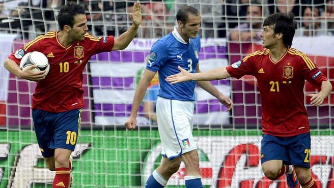 Cesc y Silva celebran un gol ante Italia.