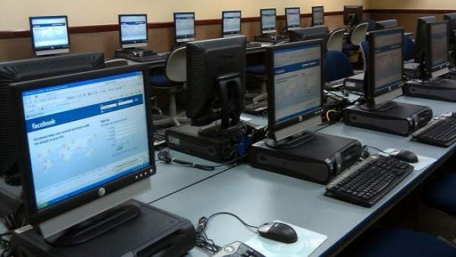 La página de inicio de Facebook en varios ordenadores.