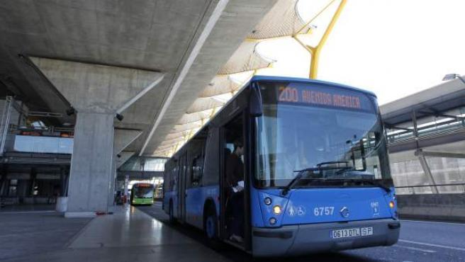 Autobús de la línea 200 de la EMT, en la Terminal 4 de Barajas.