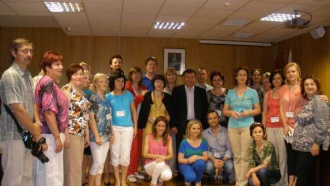 El Alcalde De Arroyo, En El Centro, Con Los 25 Profesores