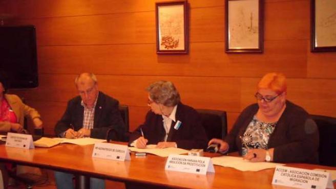 Algunas De Las Entidades Colaboradoras En El Proyecto Firmando El Protocolo