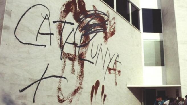 Uno de los murales de Tàpies en el pabellón de Cataluña de la Exposición Universal de Sevilla de 1992.