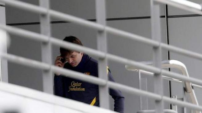 Tito Vilanova, hablando por teléfono mientras Guardiola se despedía del club.