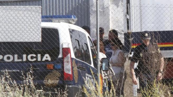 Ruth Villar, con gafas oscuras, a su llegada a la finca donde se busca a sus hijos, desaparecidos el pasado 8 de octubre.