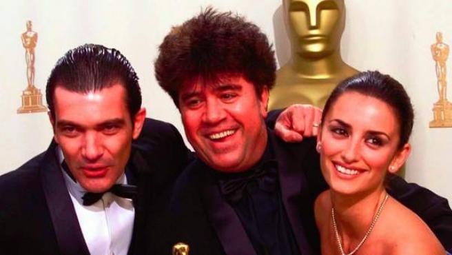 Penélope Cruz, Pedro Almodóvar y Antonio Banderas posan en la 71ª edición de los Oscar por la película 'Todos sobre mi madre'.