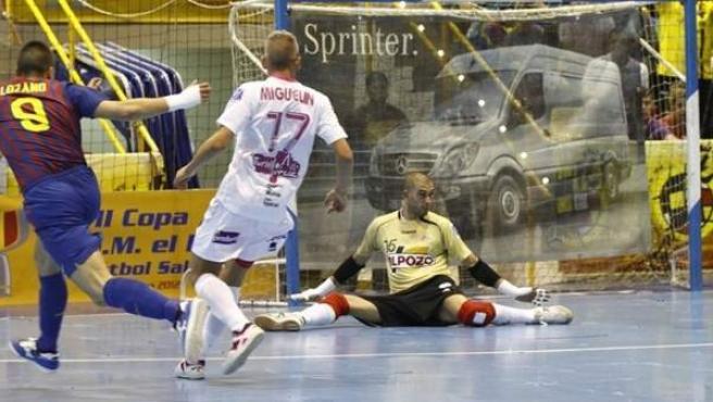 Sergio Lozano y Miguuelín en una imagen de archivo de un partido entre ElPozo Murcia y Barça de fútbol sala.