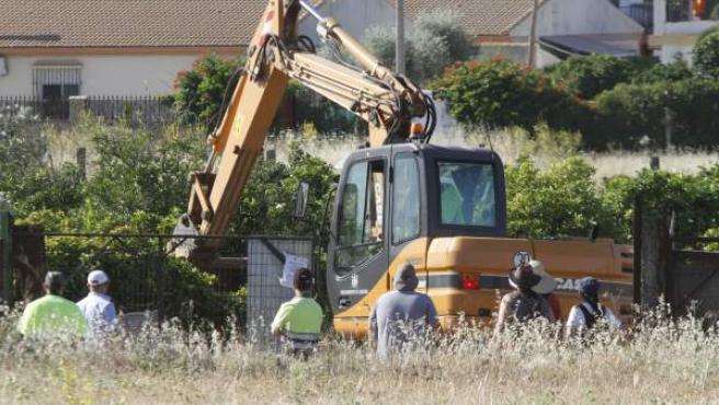 Una pequeña excavadora y otra de mayor dimensión removiendo tierra en Las Quemadillas.